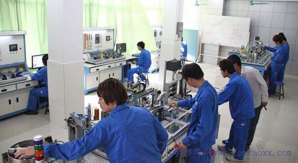 三菱西门子PLC变频器实训  柔性控制系统实习  PLC编程室 电气制冷实训室 该场室建于200年,建筑面积近600平方米,设备仪器总值达80万元,共有4间实训室,工位100余个,并配有示教室。其中主要仪器设备有:变频空调综合实训考核装置、冷库及中央空调系统、汽车空调教具、一机两库实验实训设备、制冷考核柜、冷藏柜机组、电冰箱、电脑等。实训项目有:空调与制冷智能、商用空调、焊接及铜管加工、触电急救、中央空调(空调器)安装、检修、冰箱电路检修、冷库检修,压缩机检修,中央空调检修等。  商用中央空调实训  制冷